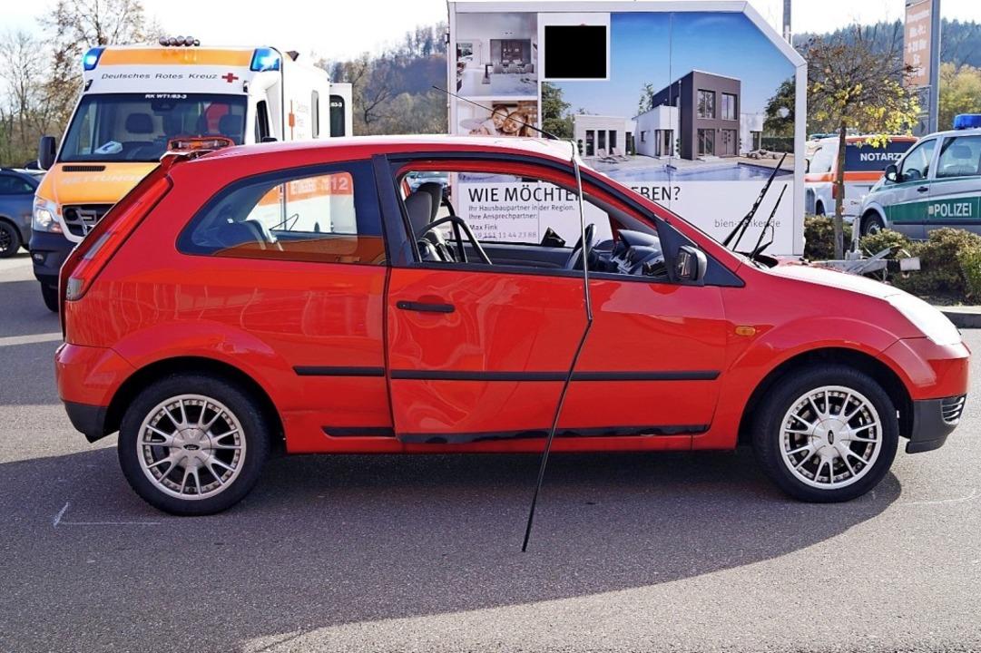 Der beschädigte Ford steht auf dem Par...gewölbt, die Scheiben wurden zerstört.  | Foto: Polizeipräsidium Freiburg