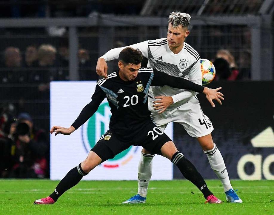 Robin Koch (rechts) beim Länderspiel g...entinien im Zweikampf mit Lucas Alario  | Foto: Bernd Thissen (dpa)