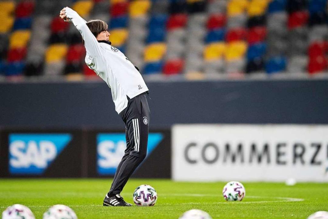 Joachim Löw nutzt das Training für eine Dehnungsübung.  | Foto: Marius Becker (dpa)