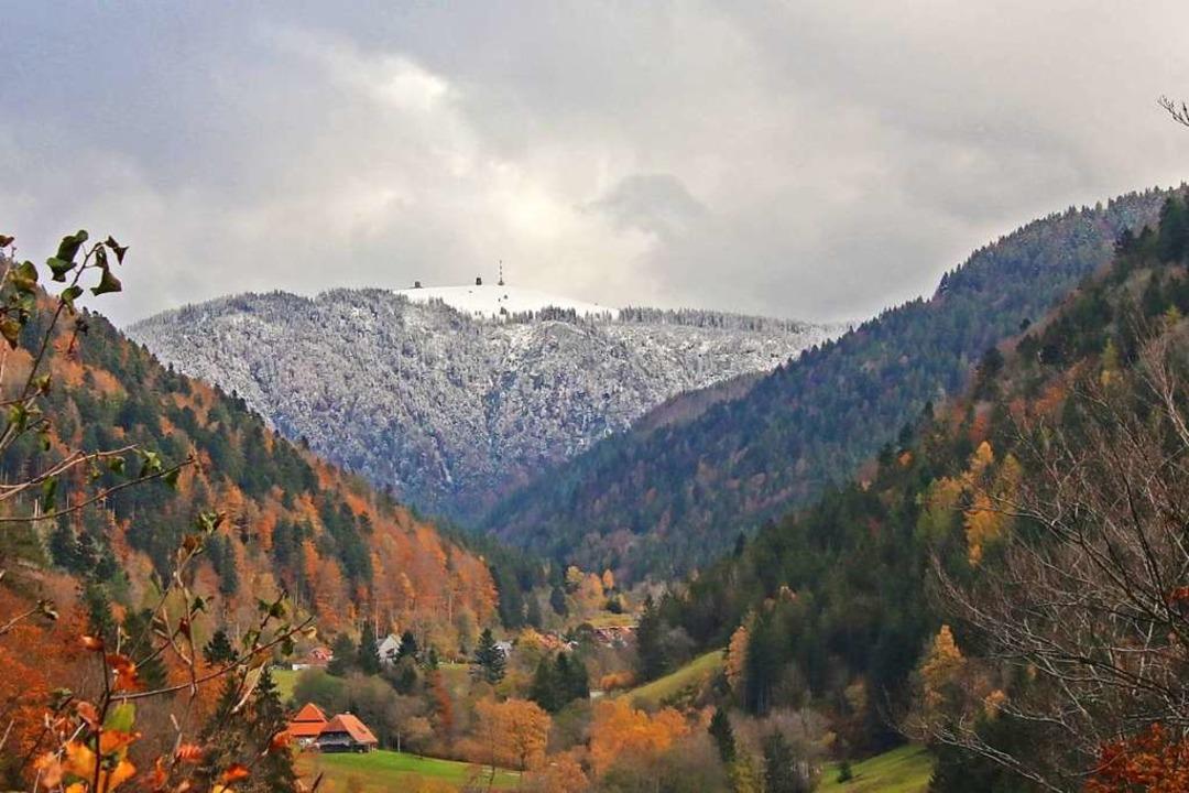 Schnee auf dem Feldberg, bunter Herbst im Dreisamtal.  | Foto: BERND WEHRLE