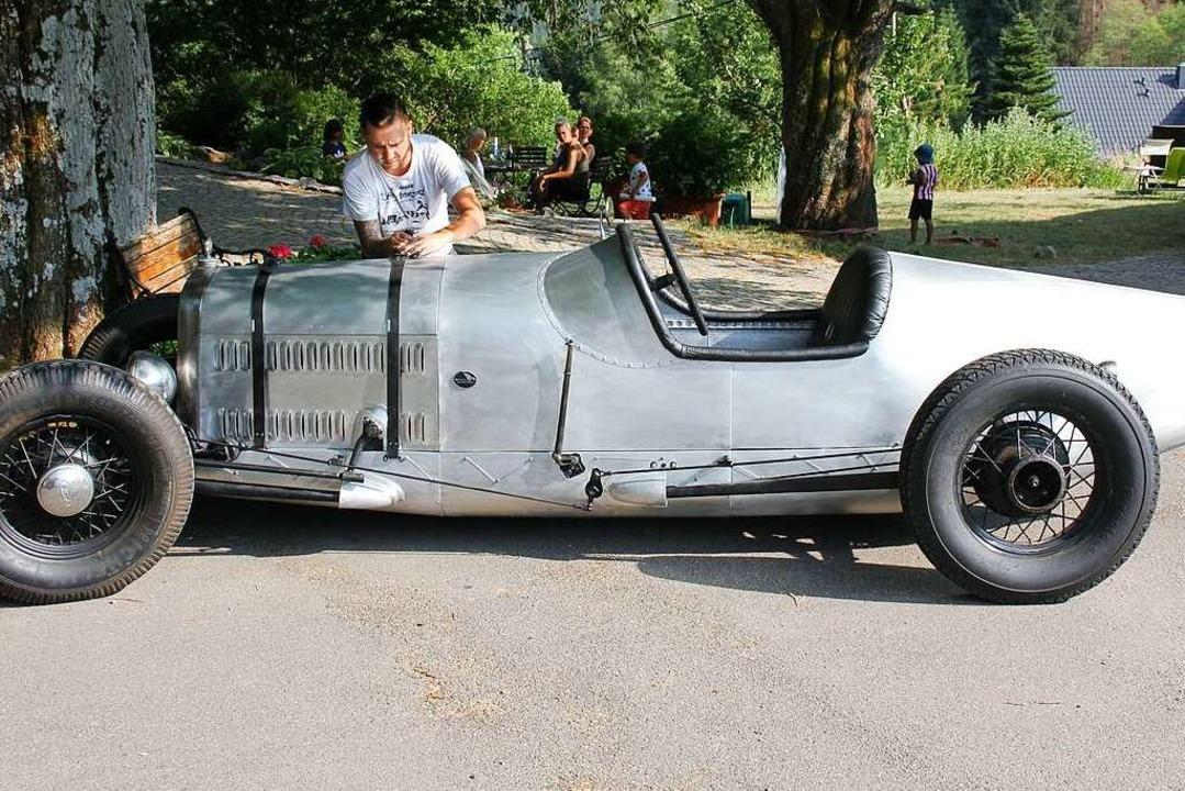 Robert Krause, der Dritte im Bunde der...Einst wurde das Fahrzeug 1928 gebaut.   | Foto: Gert Brichta