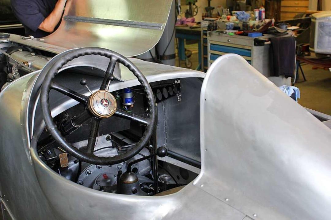 Blick ins Cockpit des Silberpfeils, das Armaturenbrett fehlt noch.  | Foto: Gert Brichta