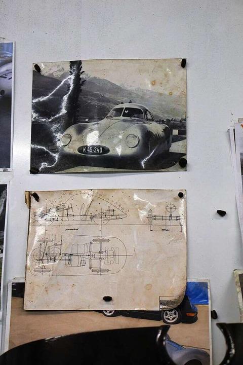 Bilder und Schnitte vom Ur-Porsche hängen an der Wand.  | Foto: Gert Brichta