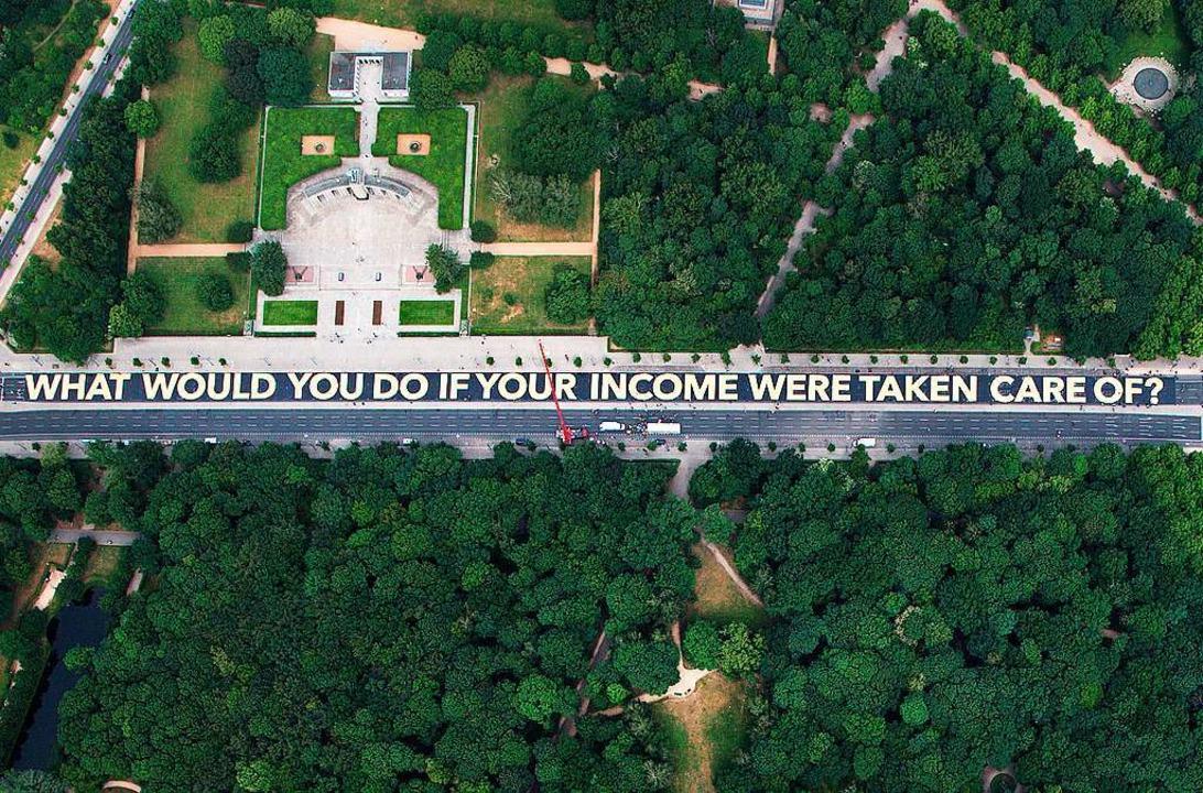 Was würdest du tun, wenn für dein Eink... Englisch auf diesem Banner in Berlin.  | Foto: Bernd von Jutrczenka