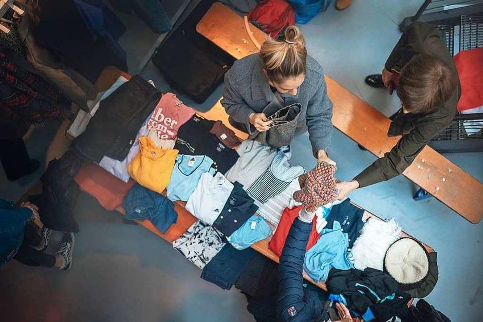 Feilschen, tauschen, netzwerken: Beim BZ-Frollein Flohmarkt im E-Werk wurden nicht nur Klamotten verkauft. (Foto: Fabio Smitka)