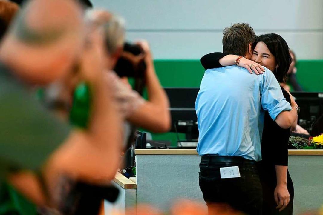 Freude nach dem Wahlergebnis: Robert Harbeck und Annalena Baerbock umarmen sich  | Foto: INA FASSBENDER (AFP)