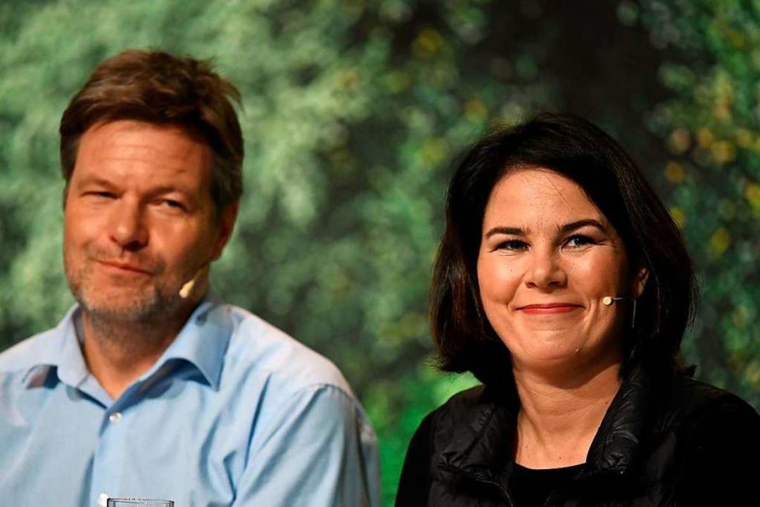 Führungsduo: Robert Habeck und Annalena Baerbock beim Parteitag in Bielefeld.  | Foto: INA FASSBENDER (AFP)