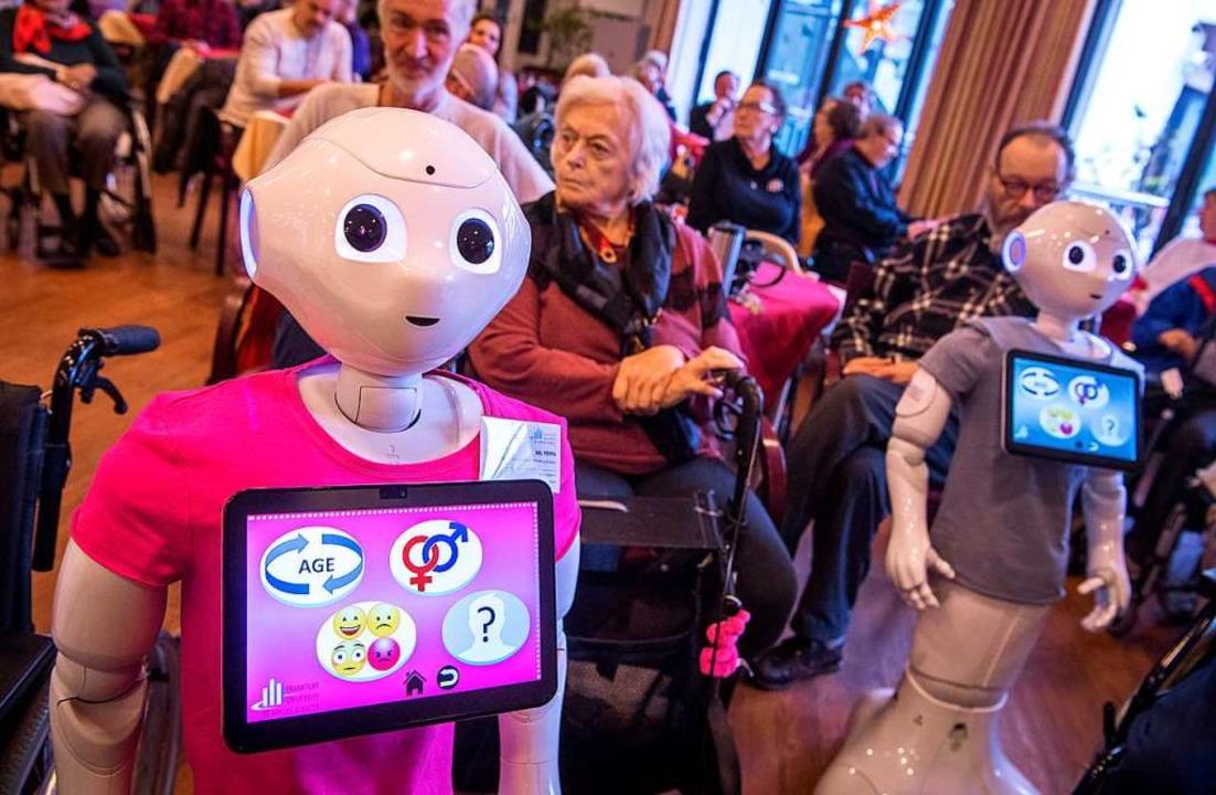 Bringt Leben in den tristen Alltag: Roboter Pepper in einem Altenheim  | Foto: Boris Roessler