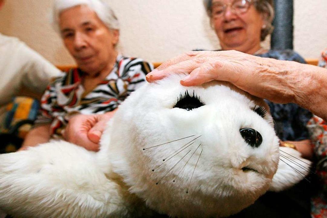 Streicheleinheiten für die Roboterrobb...0; soll demenzkranken Menschen helfen.  | Foto: Uli Deck