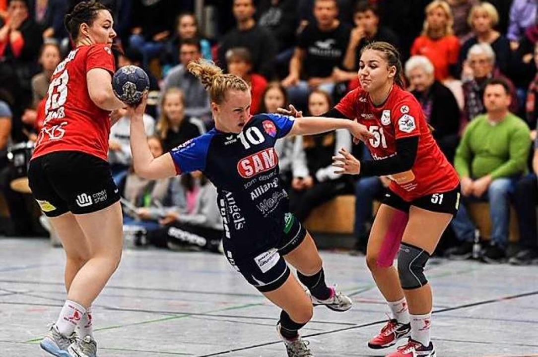 Die HSG-Spielerinnen Carolin Spinner (...lin Bok in dieser Szene nicht stoppen.    Foto: Patrick Seeger