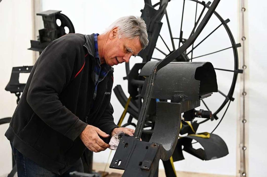 Paul Walder kümmert sich seit 1977 um die Skulpturen des Tinguely-Bbrunnens.  | Foto: Jonas Hirt