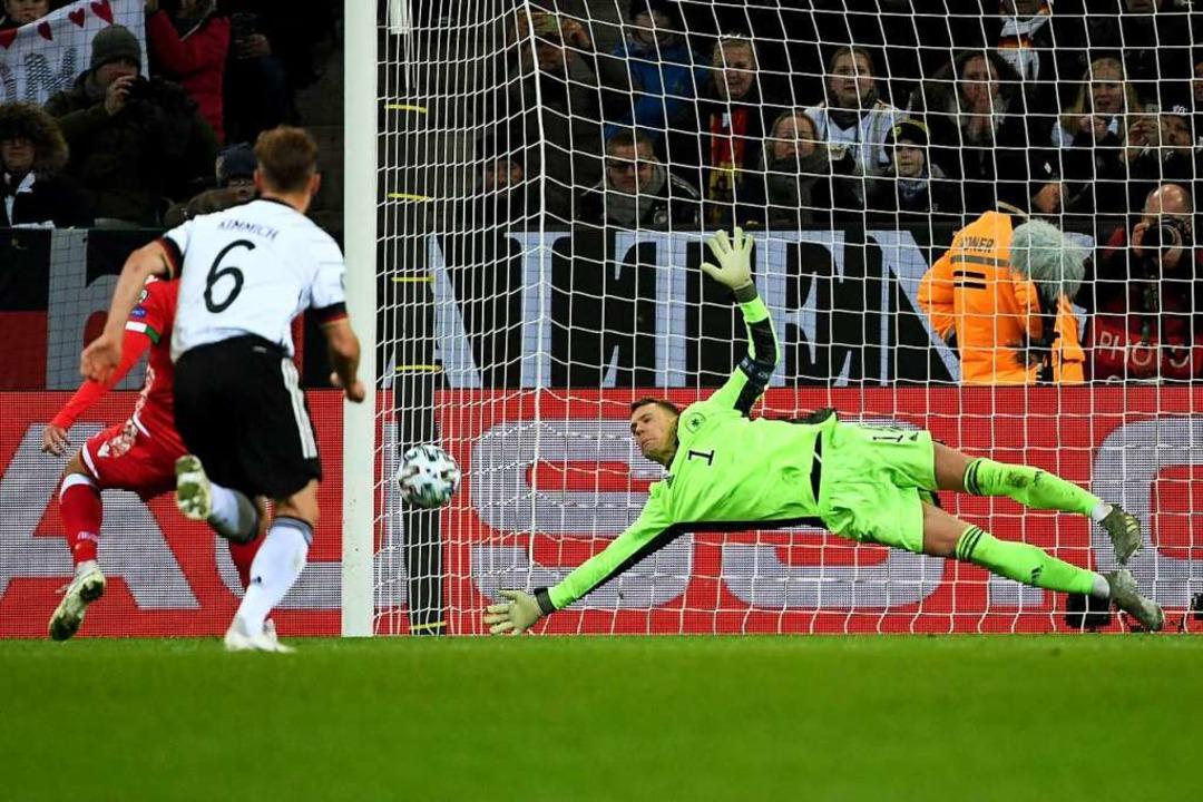 Deutschlands Torwart Manuel Neuer (r) ...nds Igor Stasewitsch (Igor Stasevich).  | Foto: Federico Gambarini (dpa)