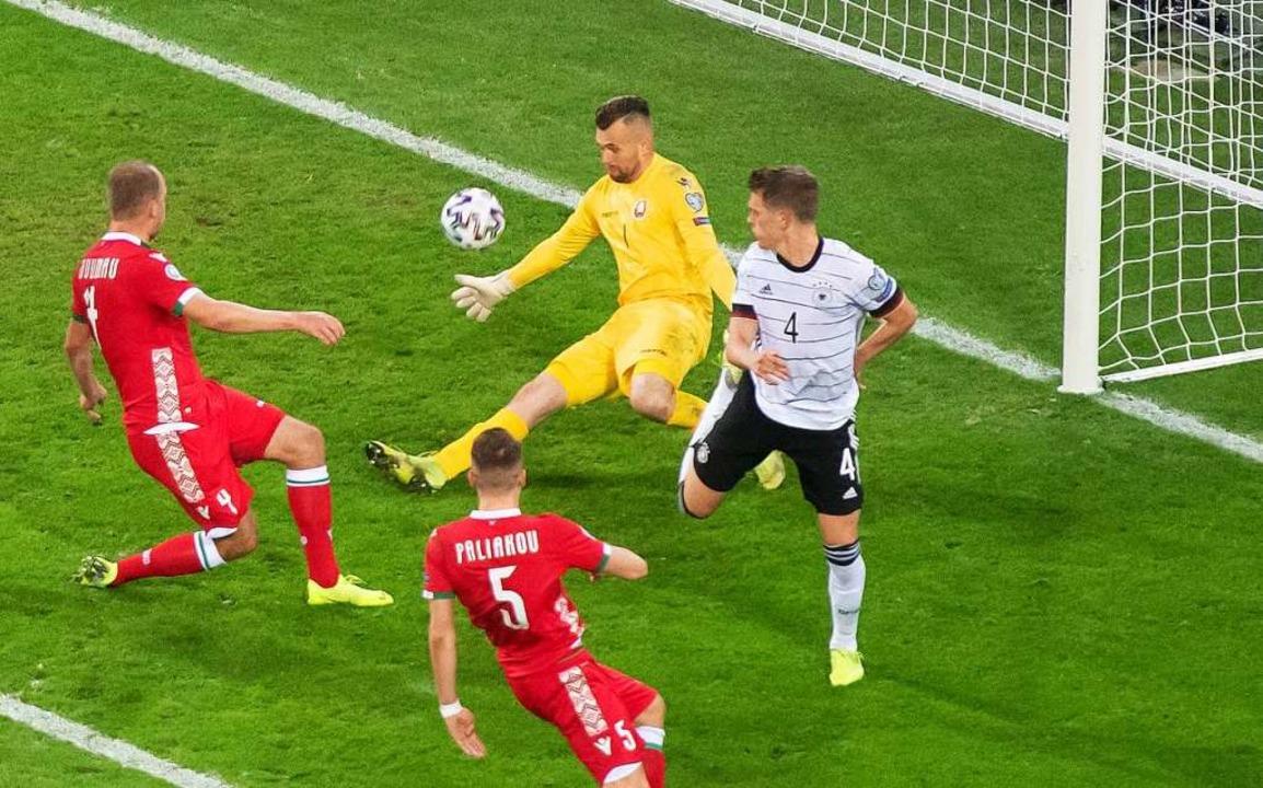 Matthias Ginter (r) erzielt mit der Ha...or) kann den Treffer nicht verhindern.  | Foto: Bernd Thissen (dpa)
