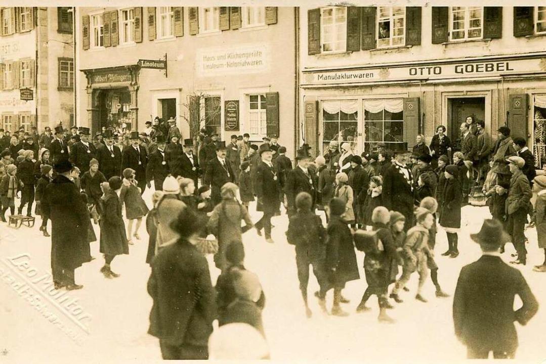 Die  belebte Hauptstraße 1920 mit dem ... von Albert Villinger im Hintergrund.   | Foto: Roland Weis