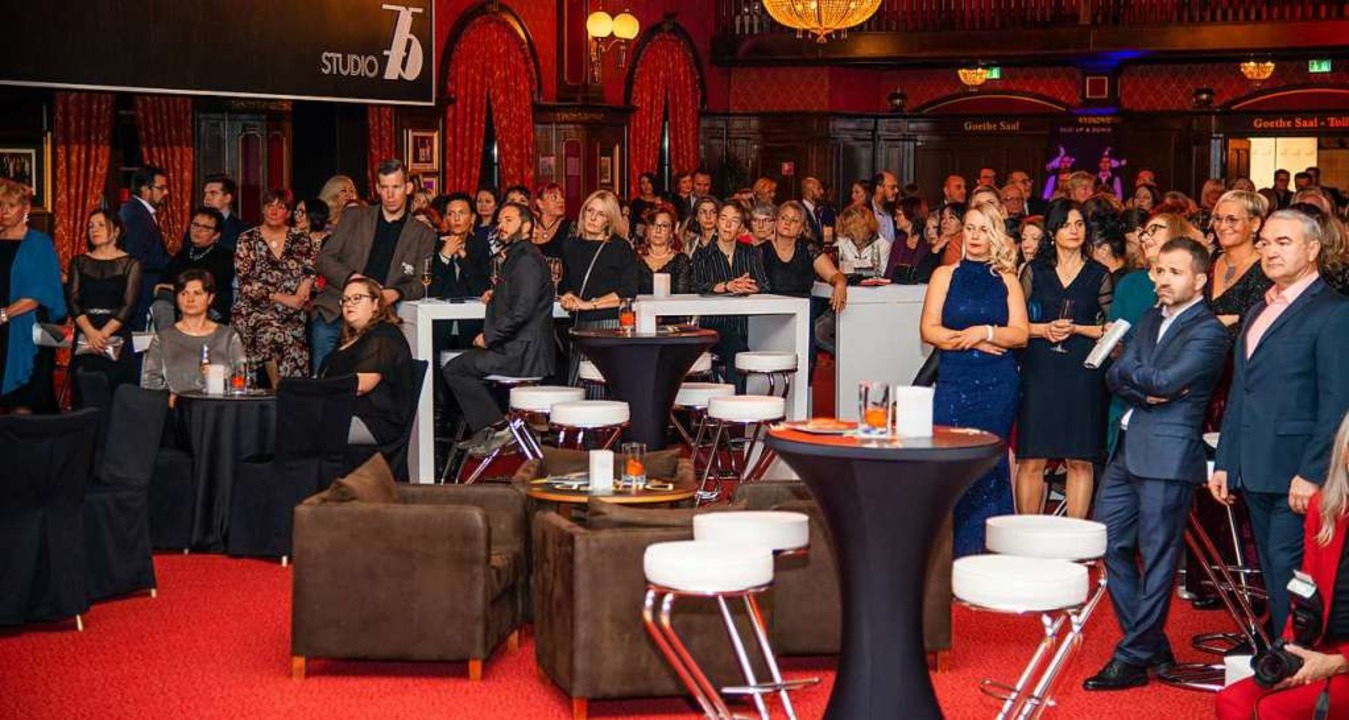 Mehr als 300 Gäste kamen in den Ballsaal.  | Foto: Olaf Michel