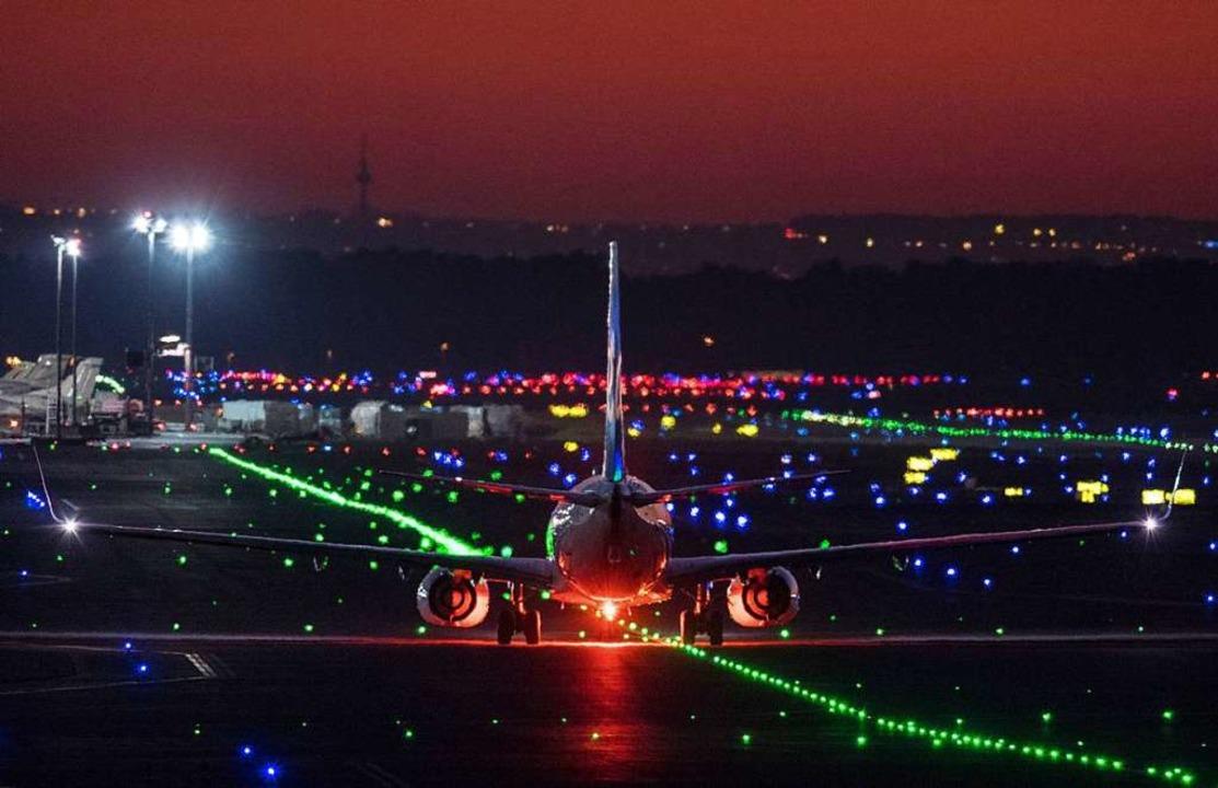 Ein Passagierflugzeug rollt im letzten...onne über die Rollbahn des Flughafens.  | Foto: Boris Roessler (dpa)