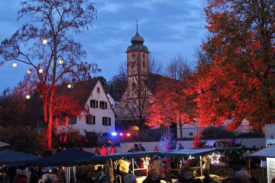 Ein attraktives Angebot an Ständen und eine stimmungsvolle Illumination lockte die Besucher nach Bad Bellingen. (Foto: Jutta Schütz)