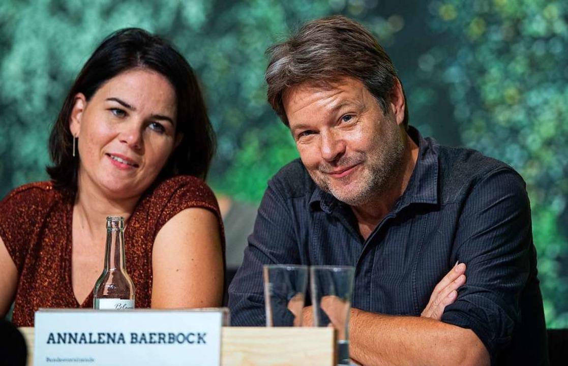 Annalena Baerbock und Robert Habeck, B...n beim Bundesparteitag auf dem Podium.  | Foto: Guido Kirchner (dpa)