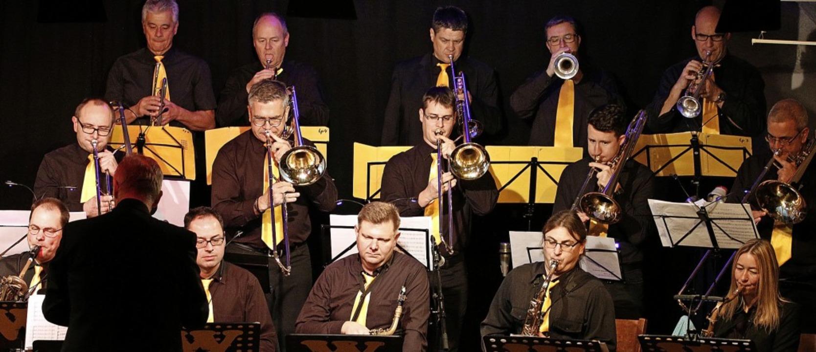 Die Big Band W in Schwarz und Gelb   | Foto: Heidi Fößel
