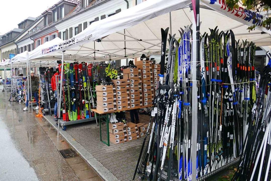 Brettlemarkt mit großer Auswahl an geb...nd neuen Utensilien für Wintersportler  | Foto: Sylvia Sredniawa
