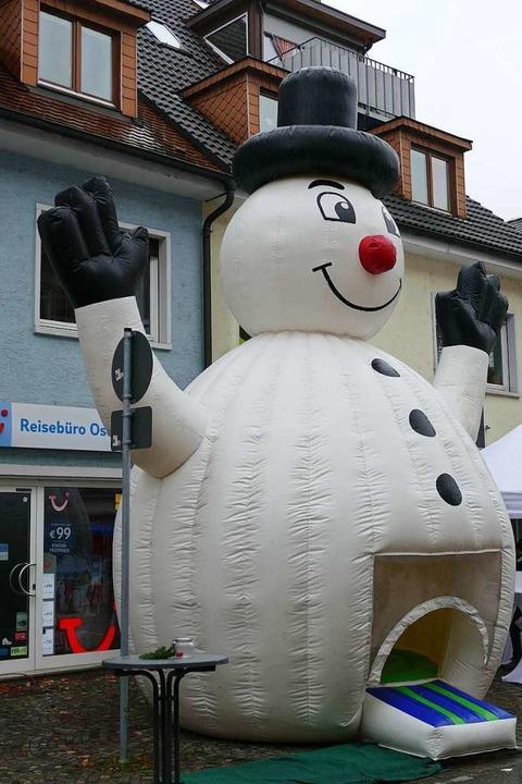Passend zum Wintermarkt – ein Schneemann mit Hüpfburg im dicken Bauch  | Foto: Sylvia Sredniawa