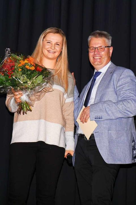Biathletin Annika Knoll (links), die d...zendem Andreas Heizmann verabschiedet.  | Foto: Eva Korinth