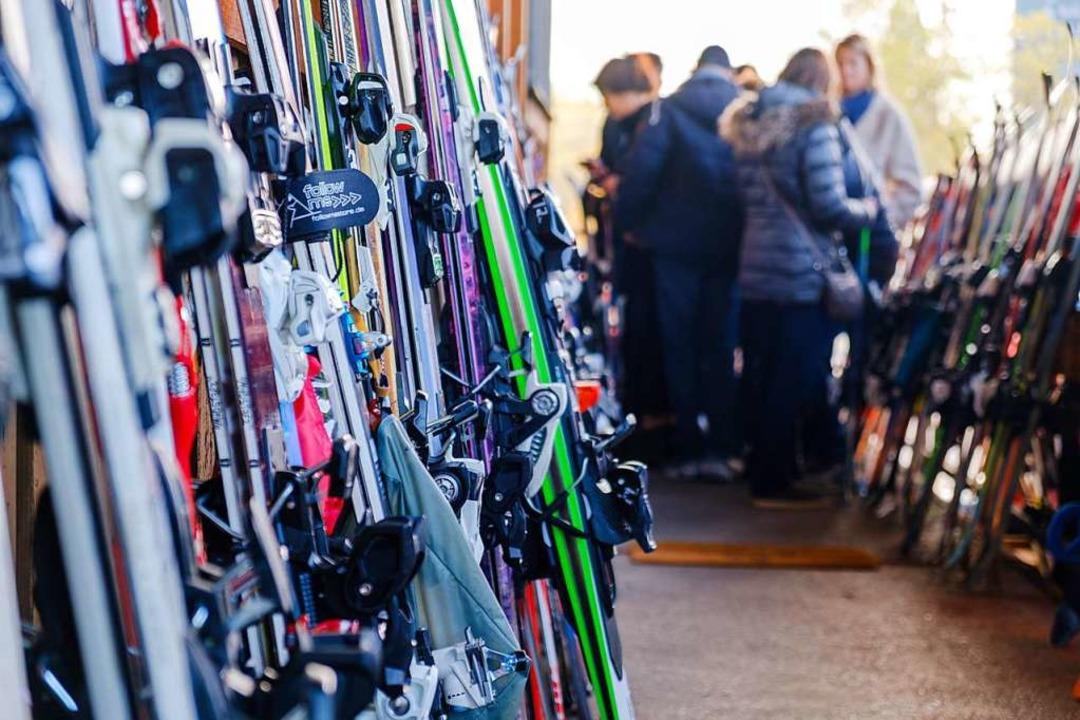 Dicht an dicht stapelten sich die Skier.  | Foto: Ansgar Taschinski
