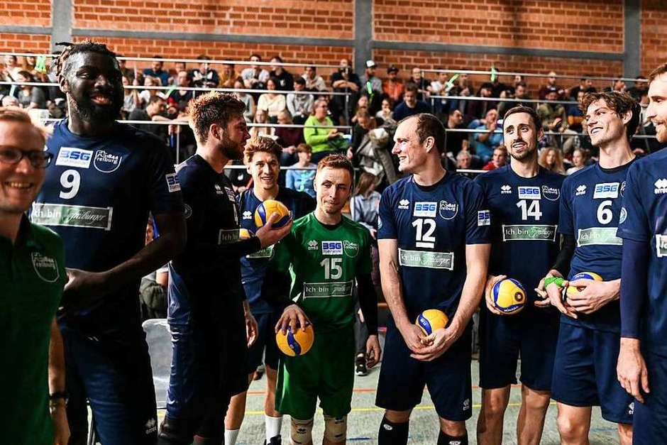 Noch hoffnungsfroh: die Freiburger Volleyballer vor Spielbeginn (Foto: Patrick Seeger)