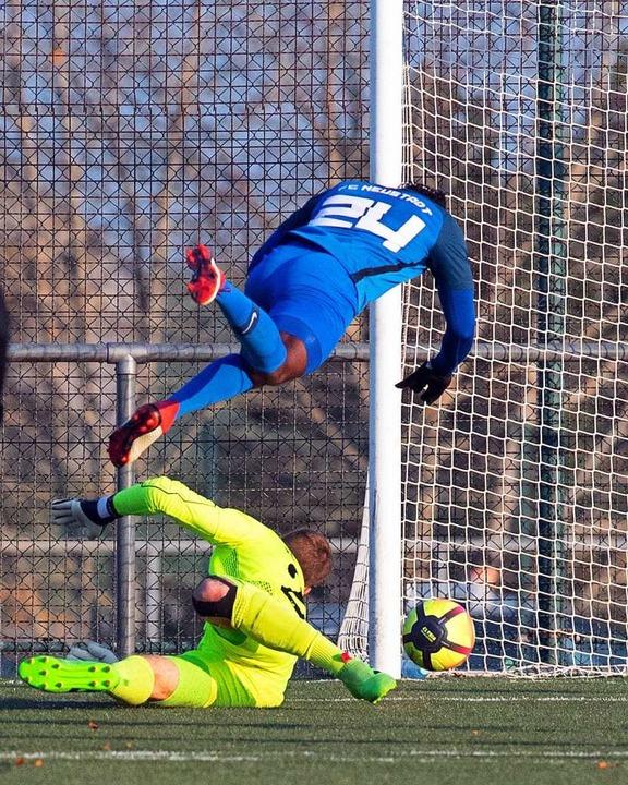 Sam Samma fliegt über Torwart Dominik ... derweil zum 1:0 für Neustadt ins Tor.  | Foto: Wolfgang Scheu