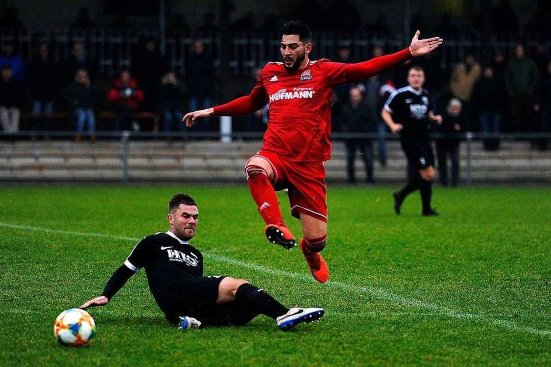 Obenauf sind Igor Son (rotes Trikot) u...erby trennten sich die Teams mit  2:2.  | Foto: Pressebüro Schaller