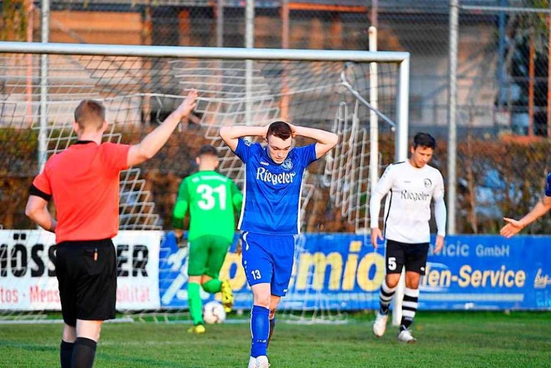 Schiedsrichter Sven Mayer verweigert d...nica (10) können's nicht fassen.  | Foto: Achim Keller