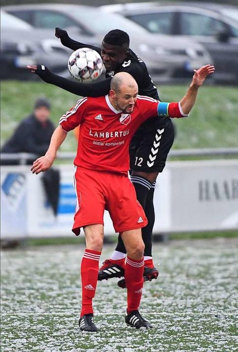 Andreas Zimmermann (vorne gegen Fernan... einer Bänderverletzung ausgewechselt.    Foto: Achim Keller