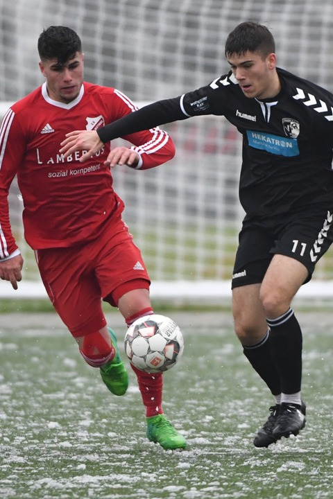 Philipp Kaiser (links/Au-Wittnau) im Zweikampf mit Marc Gutmann.    Foto: Achim Keller