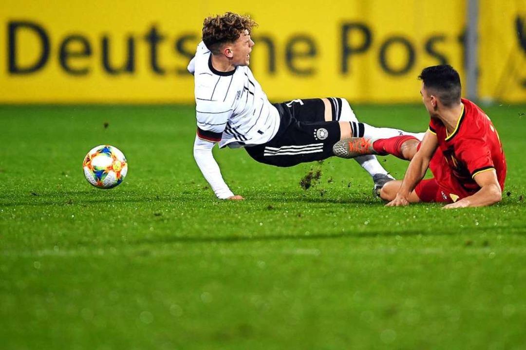 Da geht die Post ab:  Robin Hack (link...eutschland gegen Belgien in Freiburg    | Foto: Patrick Seeger (dpa)