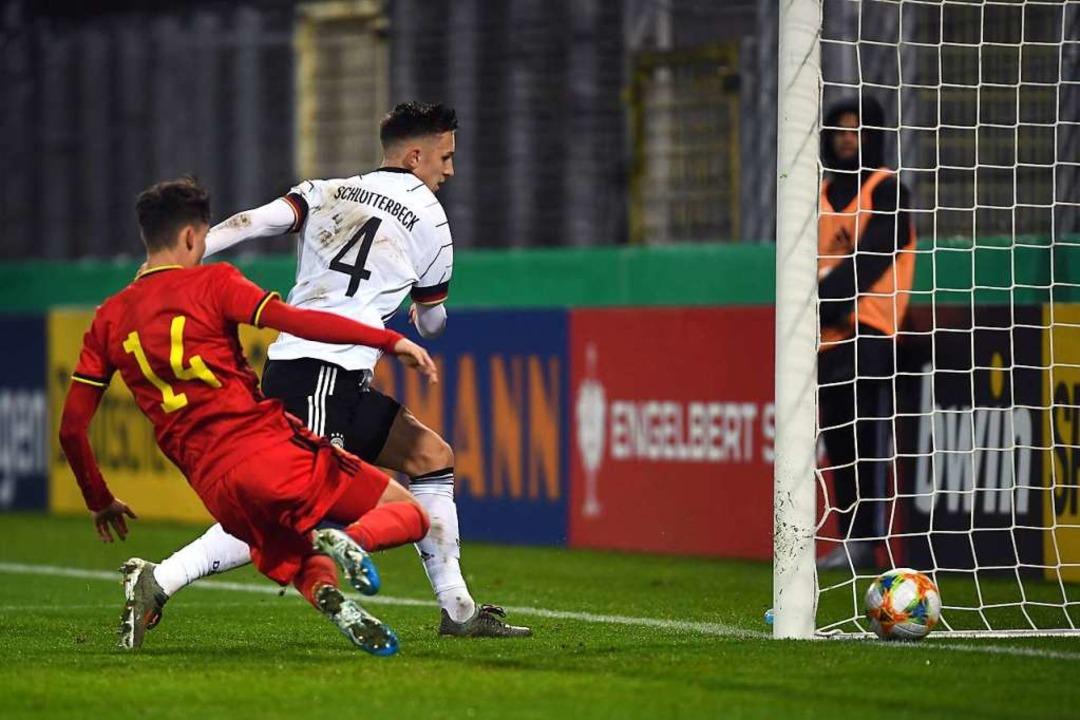 Nico Schlotterbeck vom SC Freiburg bef...er Belgier  Maxime Busi kommt zu spät.  | Foto: Patrick Seeger (dpa)