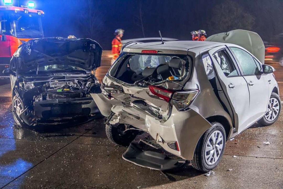 Aus den zerbeulten Autos auf der A5 re...satzkräfte insgesamt sieben Verletzte.  | Foto: Aaron Klewer (dpa)