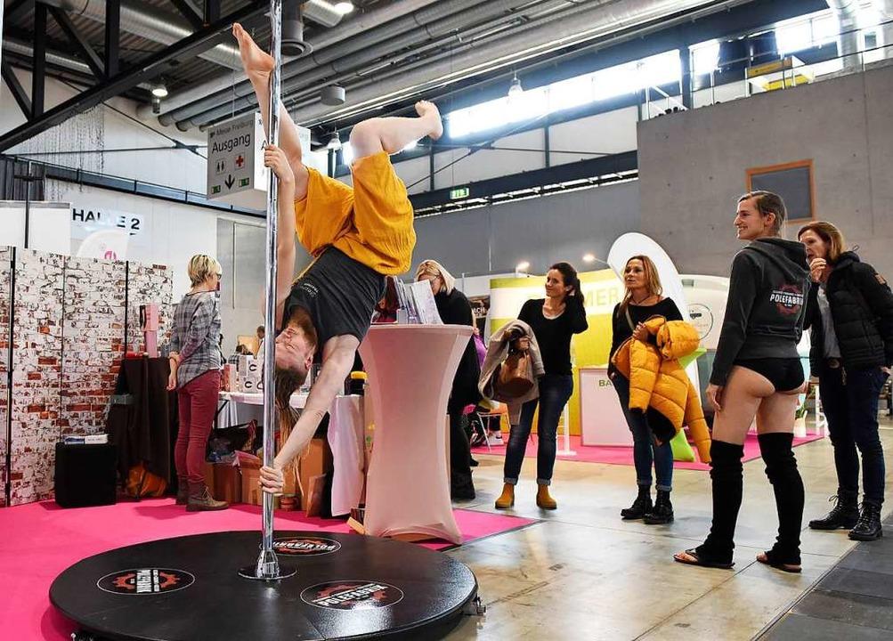 Tanzen an der Stange: Poledancerinnen präsentierten ihren Sport.  | Foto: Rita Eggstein