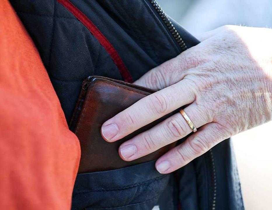 Die Polizei sucht Zeugen, die den Geldbeutel-Klaus aufklären könnten.  | Foto: Arne Dedert
