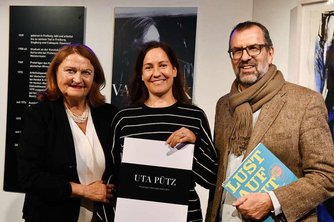 Bei der Preisverleihung: Künstlerin Ut...mit Birgit van Look und Ulrich Jeutter  | Foto: Rita Eggstein