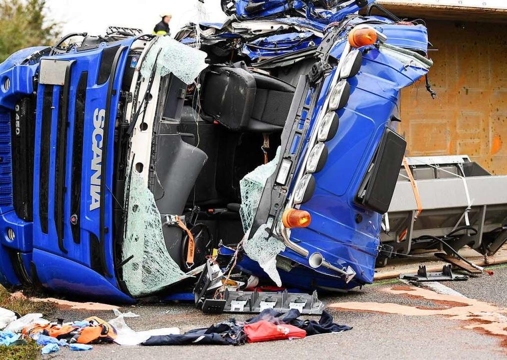 Der verunfallte LKW kippte bei der Kol...en war die Autobahn in Folge gesperrt.  | Foto: Patrick Seeger