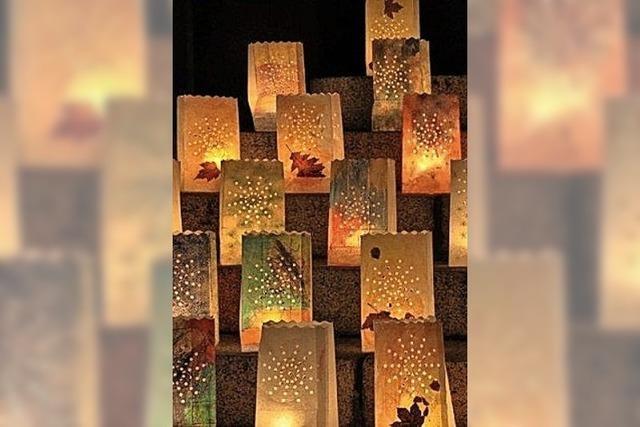Hunderte Kerzen leuchten in der Innenstadt von Schönau