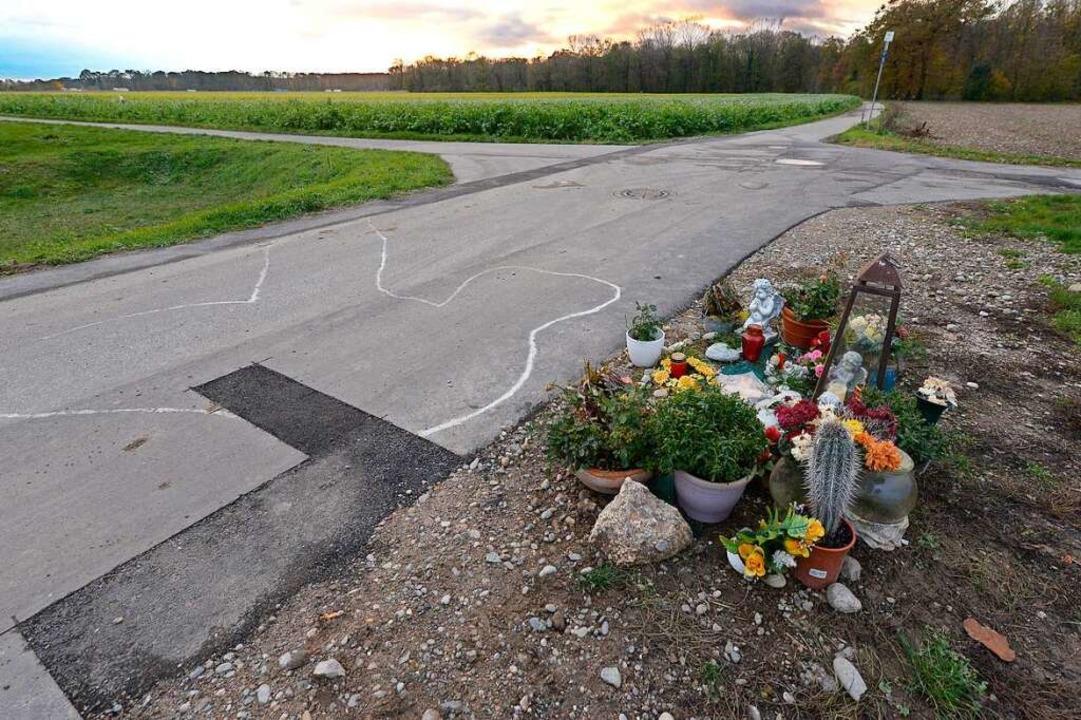 Der Tatort am Rande des Gewerbegebiets... Blumen und Kerzen an den 24-Jährigen.  | Foto: Ingo Schneider