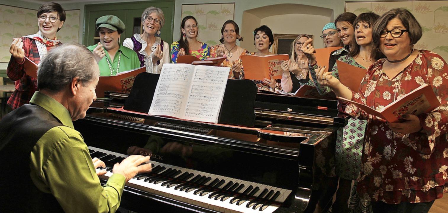 Fetzige ABBA-Hits gab es vom Frauencho...; unter der Leitung von Johannes Götz.  | Foto: Erich Krieger
