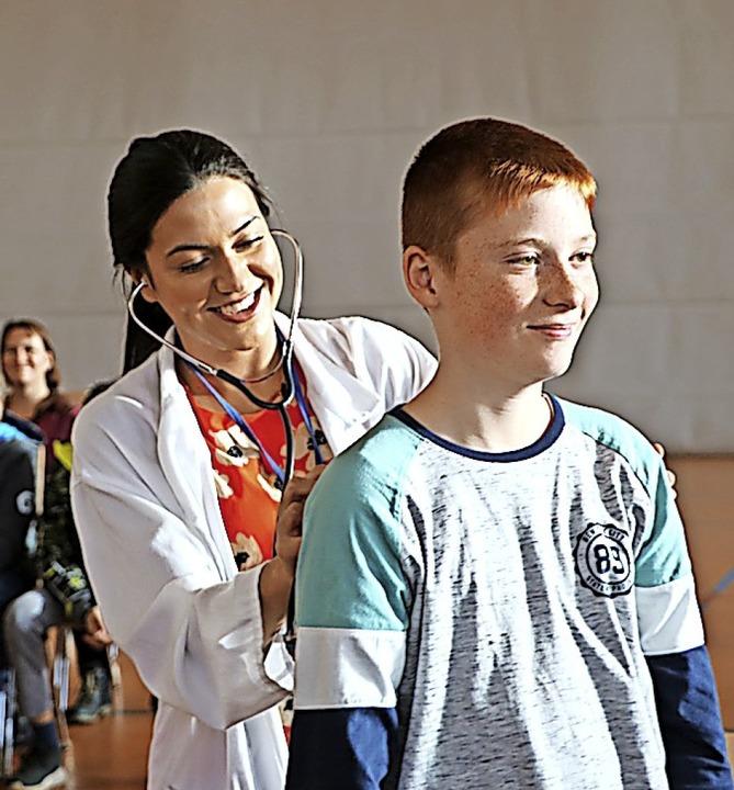 Savannah Gallo bezieht ihr junges Publ...cht in ihrer Rolle als Ärztin Schüler.  | Foto: Martha Weishaar