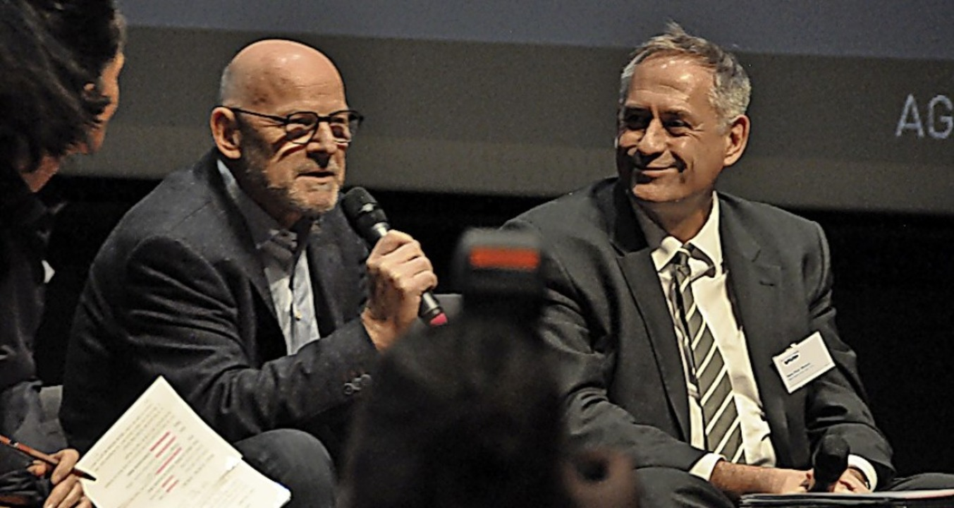 Minister Hermann (links) diskutiert be... mit dem Basler Regierungsrat Wessels.    Foto: Daniel Gramespacher