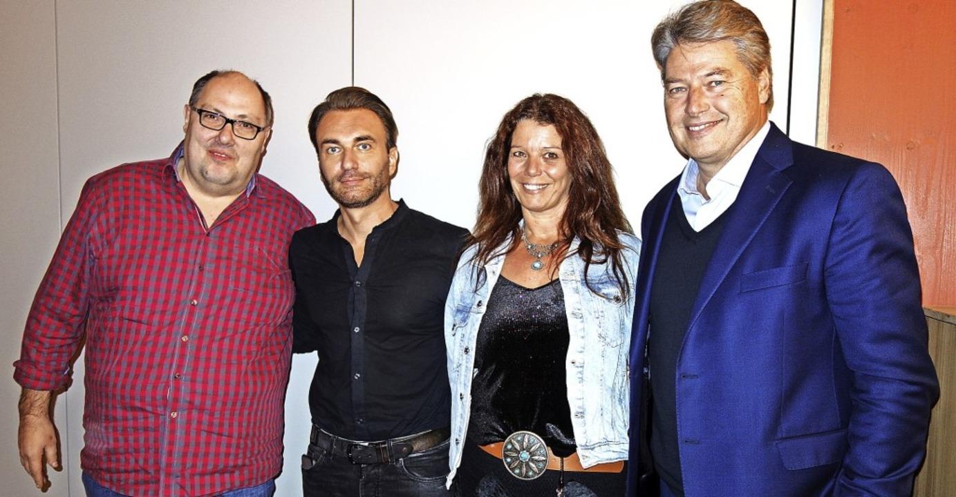 Prominente Unterstützung für das Kunst...holz und Christopher Barker begrüßen.   | Foto: Gudrun Gehr