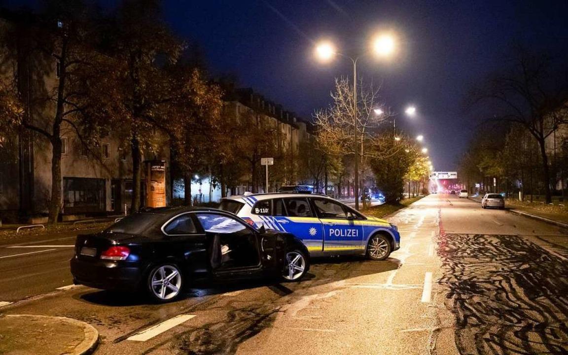 Ein beschädigter PKW und ein Polizeiau...m Unfall auf der Fürstenrieder Straße.  | Foto: Sven Hoppe (dpa)