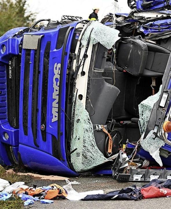 Die zerstörte Fahrerkabine des Lastwagens   | Foto: Patrick Seeger