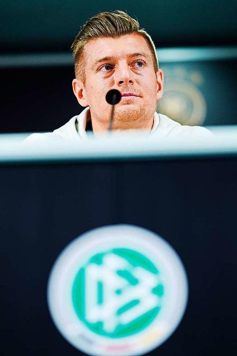 Toni Kroos am Montag bei der Pressekonferenz in Frankfurt  | Foto: Uwe Anspach (dpa)