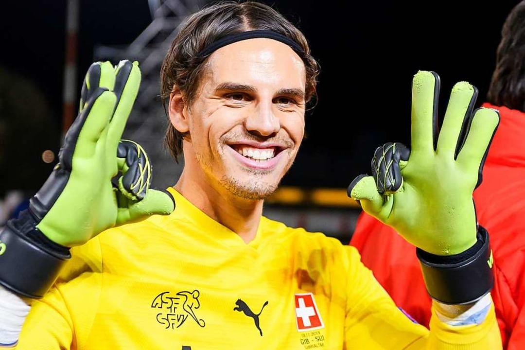 Der Schweizer Torhüter Yann Sommer fre...Sieg und der Qualifikation für die EM.  | Foto: Anthony Anex (dpa)